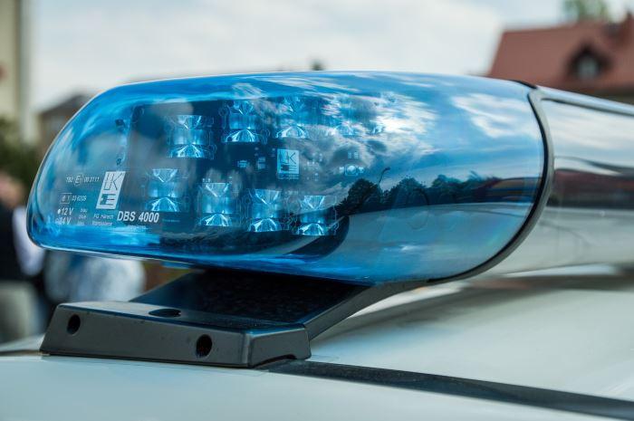 Policja Grodzisk Maz.: Staranował ogrodzenie i uderzył w 3 auta na posesji